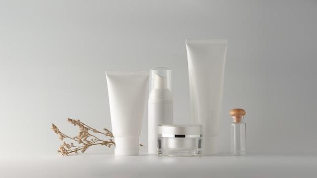 Conjunto de produtos cosméticos em fundo branco.