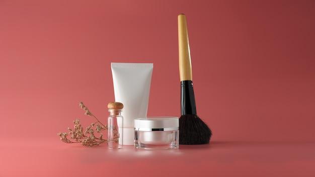 Conjunto de produtos cosméticos em um fundo de cor.