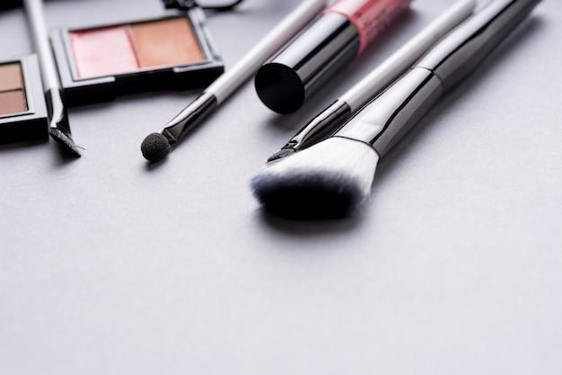 Conjunto de produtos cosméticos maquiagem com saco na vista superior