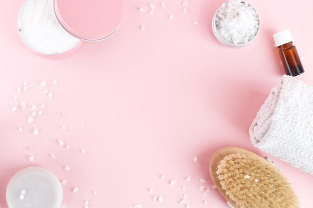 Conjunto de produtos cosméticos spa em casa. escova seca, sal marinho, esfoliante, óleo essencial, toalha.
