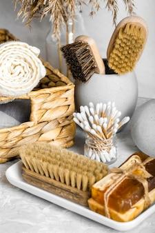 Conjunto de produtos de limpeza ecológicos com escovas e sabonetes