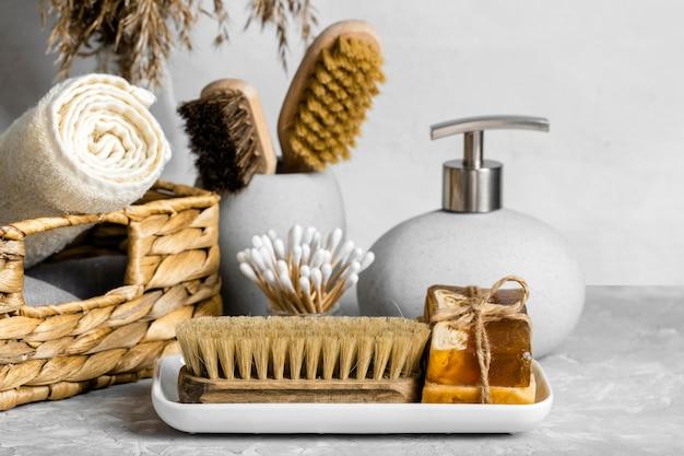 Conjunto de produtos de limpeza ecológicos com sabonetes e cotonetes