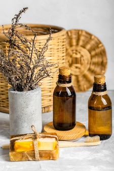 Conjunto de produtos de limpeza ecológicos com sabonetes e escova de dentes