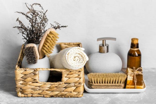 Conjunto de produtos de limpeza ecológicos em cesto com sabonetes e escovas