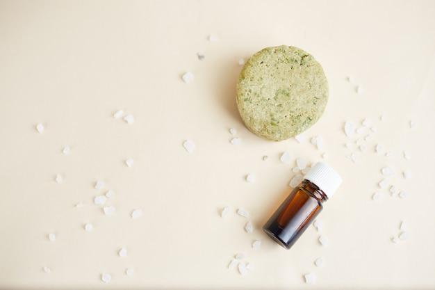 Conjunto de produtos ecológicos para o cuidado do cabelo. shampoo sólido, óleo essencial e óleo para cabelo. cosméticos orgânicos. desperdício zero, sem plástico.