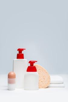Conjunto de produtos para cuidados com o corpo. conceito de higiene corporal. mock-se espaço de cópia