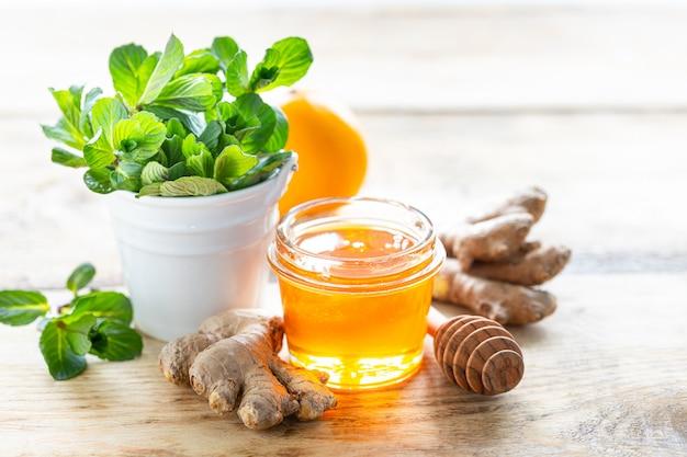 Conjunto de produtos para impulsionar o sistema imunológico. mel, limão, nozes, gengibre para aumentar a imunidade. copie o espaço