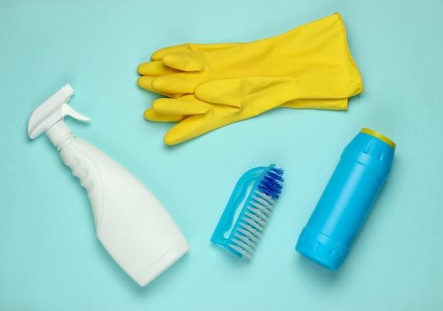 Conjunto de produtos para limpar a casa em fundo azul. vista do topo.