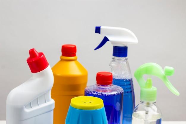 Conjunto de produtos químicos domésticos para limpar o apartamento. fundo branco.