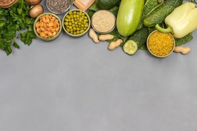 Conjunto de produtos vegetais equilibrados para uma alimentação saudável.