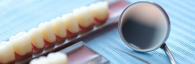 Conjunto de próteses e instrumentos odontológicos closeup