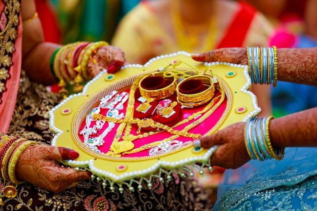 Conjunto de pulseiras e colar de ouro para a noiva