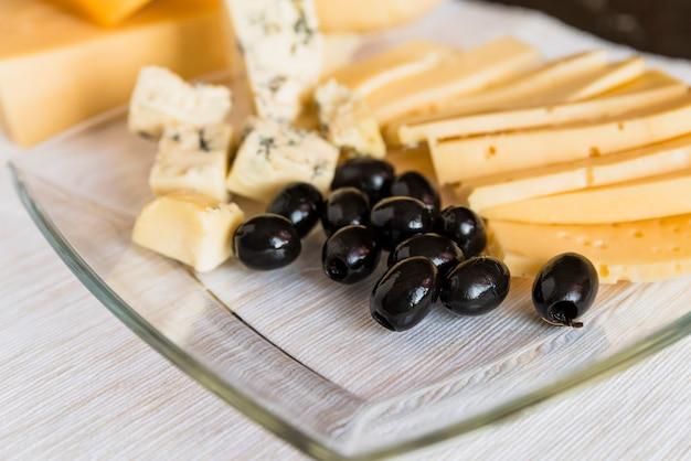 Conjunto de queijo fresco e azeitonas na placa