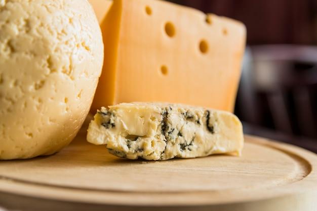 Conjunto de queijo fresco na placa de madeira