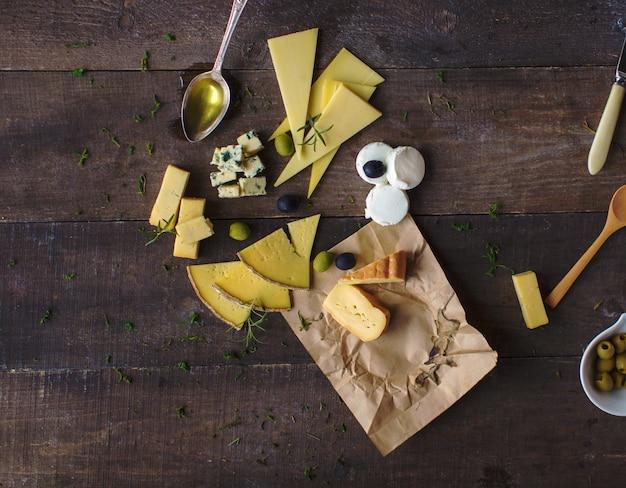 Conjunto de queijo na tábua de madeira