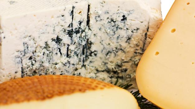 Conjunto de queijo. roquefort com mofo azul, queijo cheddar e queijo defumado.