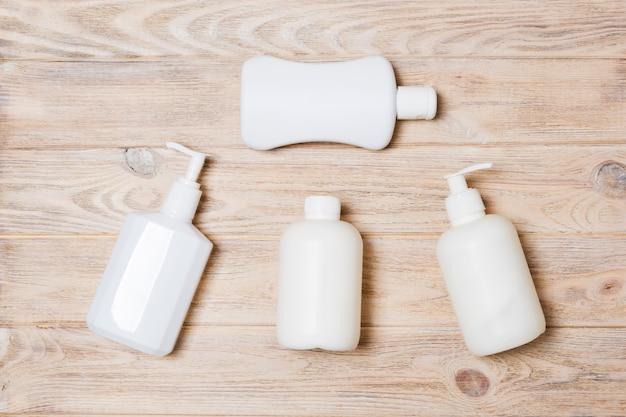Conjunto de recipientes cosméticos brancos em madeira