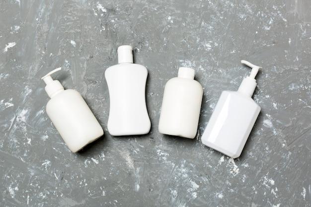 Conjunto de recipientes de cosméticos brancos, vista superior. grupo de recipientes para garrafas de plástico