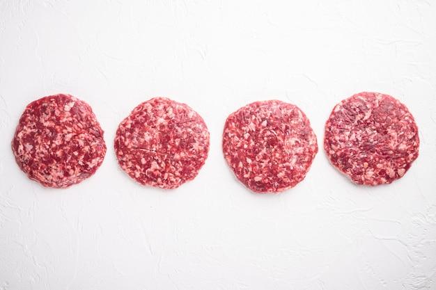 Conjunto de rissóis de carne moída para grelhar e assar, em pedra branca