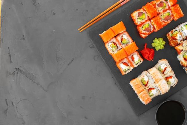 Conjunto de rolinhos de sushi servidos em cinza