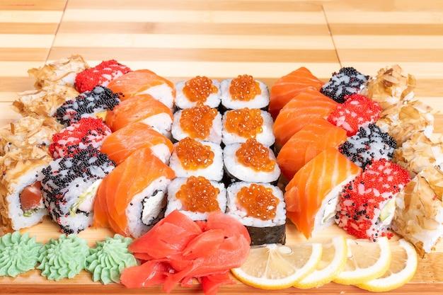 Conjunto de rolinhos e papoulas de sushi com salmão e caviar