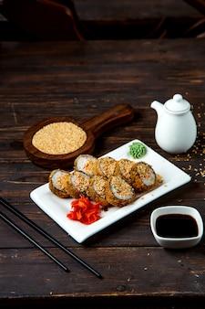 Conjunto de rolo de sushi com ingredientes padrão