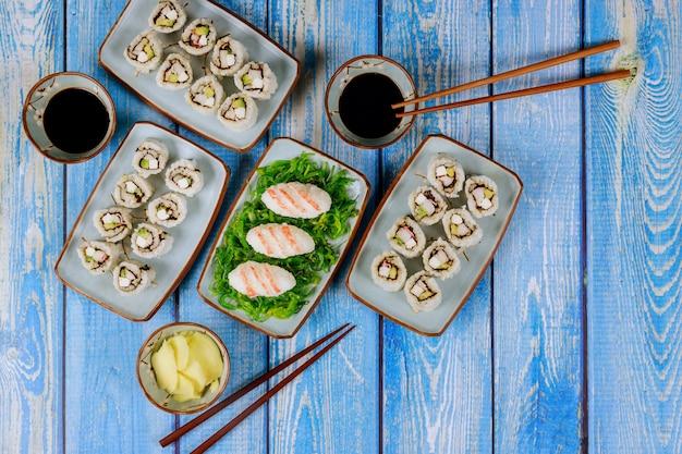 Conjunto de rolo de sushi com molho de soja, gengibre e pauzinho. cozinha japonesa.