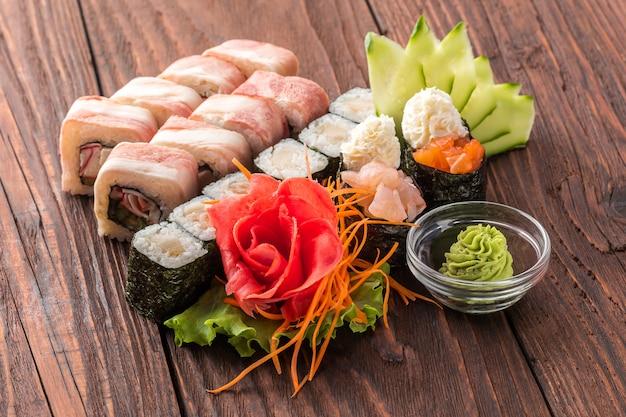 Conjunto de rolo e sushi na mesa de madeira.