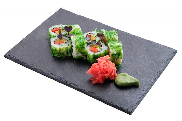 Conjunto de rolos com salada chuka de algas isolada