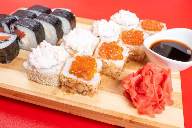 Conjunto de rolos com salmão, caviar vermelho e peixe voador. com krill. fechar-se. para qualquer propósito.