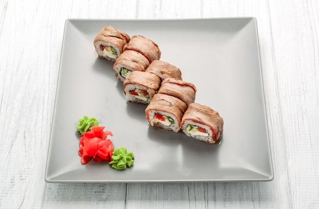 Conjunto de rolos de sushi de salmão. sushi com carne de vitela Foto Premium