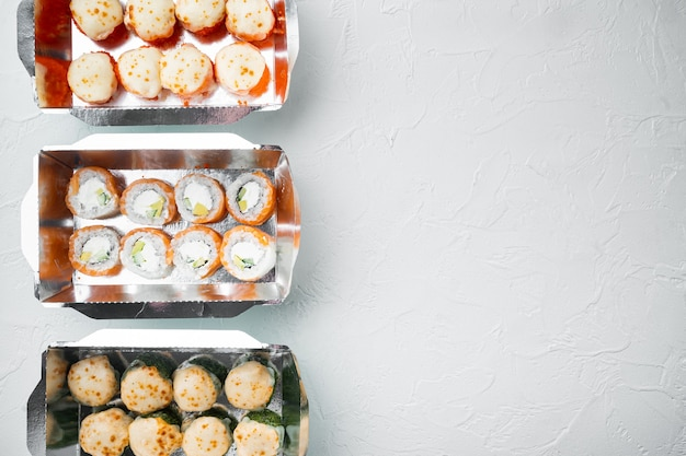 Conjunto de rolos de sushi em caixa de entrega de comida, em pedra branca