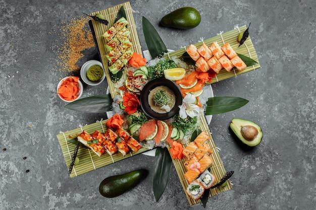 Conjunto de rolos de sushi. rolls: filadélfia, dragão verde, havaí, dragão vermelho, ebi shake