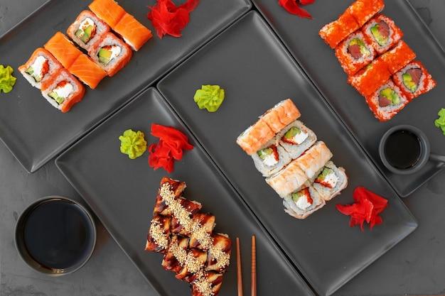 Conjunto de rolos de sushi servido em vista de mesa cinza