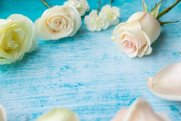 Conjunto de rosas brancas em fundo azul-marinho