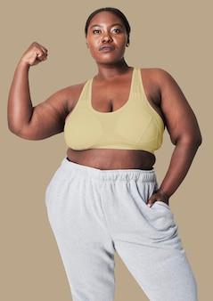 Conjunto de roupa esportiva feminina com curvas positividade corporal
