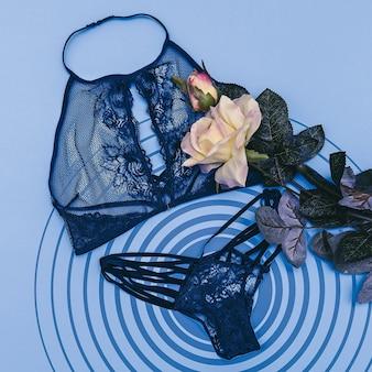 Conjunto de roupa interior de mulher. vista do topo. postura plana. conceito de roupas da moda