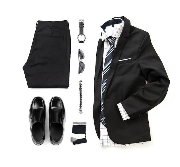 Conjunto de roupa preta masculina com sapatos de mocassim, relógio, meia, pulseira, calças, camisa de escritório, gravata e terno isolar em um fundo branco, vista superior