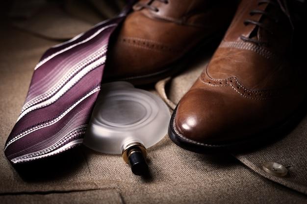 Conjunto de roupas clássicas para homens, sapatos marrons, perfume e gravata
