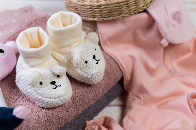 Conjunto de roupas da moda e coisas de crianças para bebezinha