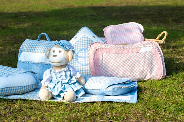 Conjunto de roupas de bebê para recém-nascido na cor branca.