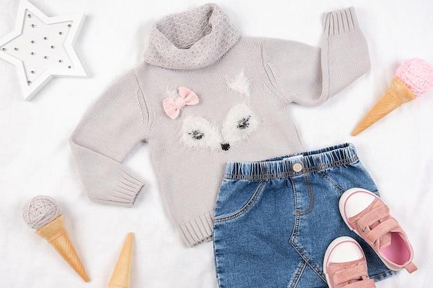 Conjunto de roupas de criança casuais, sapatos e acessórios em fundo branco. conceito do lookbook da menina da moda.