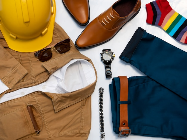 Conjunto de roupas de moda homens isolado no branco. engenheiro conceito de roupas, vista superior