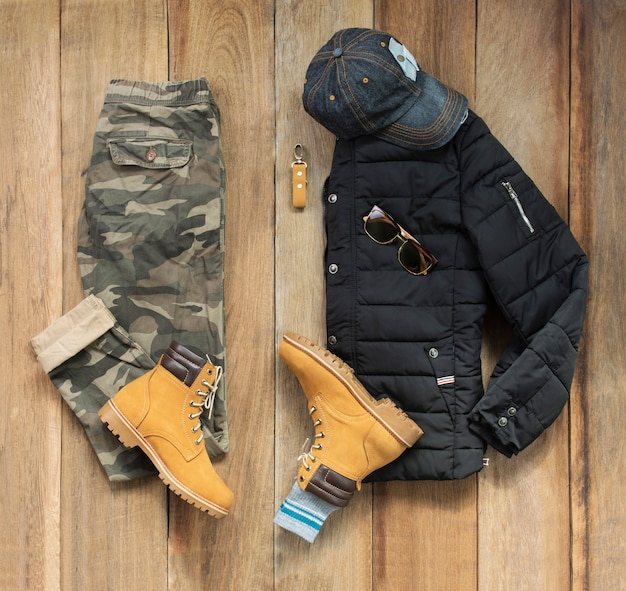 Conjunto de roupas de moda masculina e acessórios em madeira, vista superior