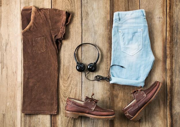 Conjunto de roupas de moda masculina em madeira, vista superior