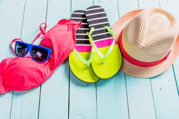 Conjunto de roupas de praia. biquíni rosa