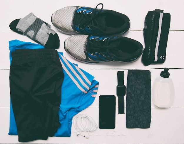 Conjunto de roupas e acessórios para correr na mesa de madeira