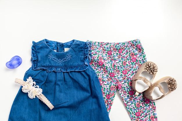 Conjunto de roupas e itens para um bebê