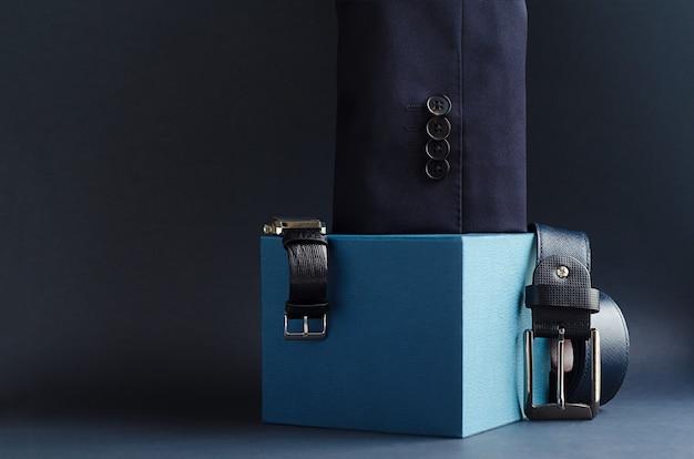 Conjunto de roupas elegantes de negócios e acessórios para homens.