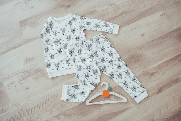 Conjunto de roupas infantis isolado em fundo de madeira